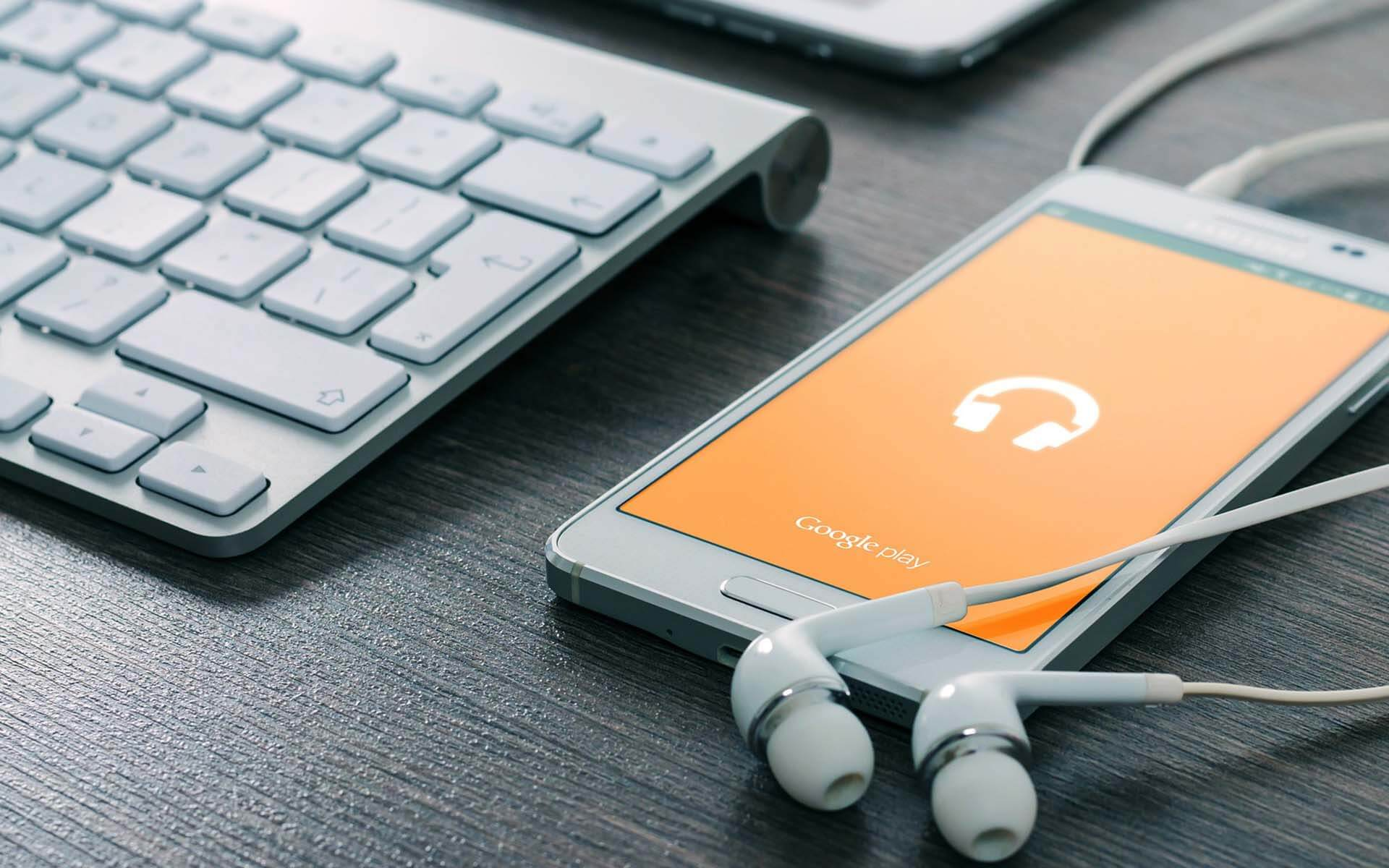 mobiel-met-oordjes-apple-toetsenbord